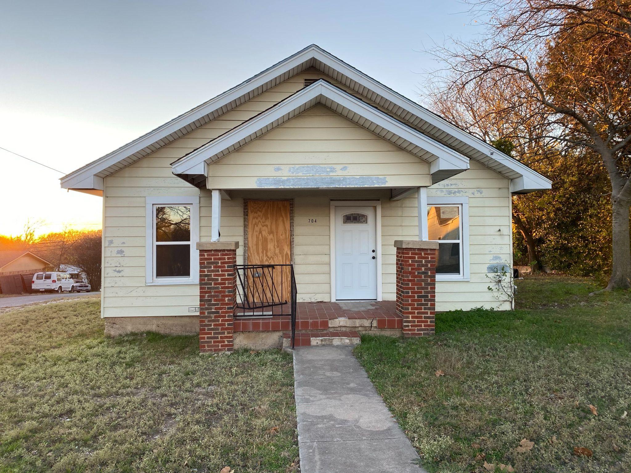 704 S Trinity St, Decatur, TX